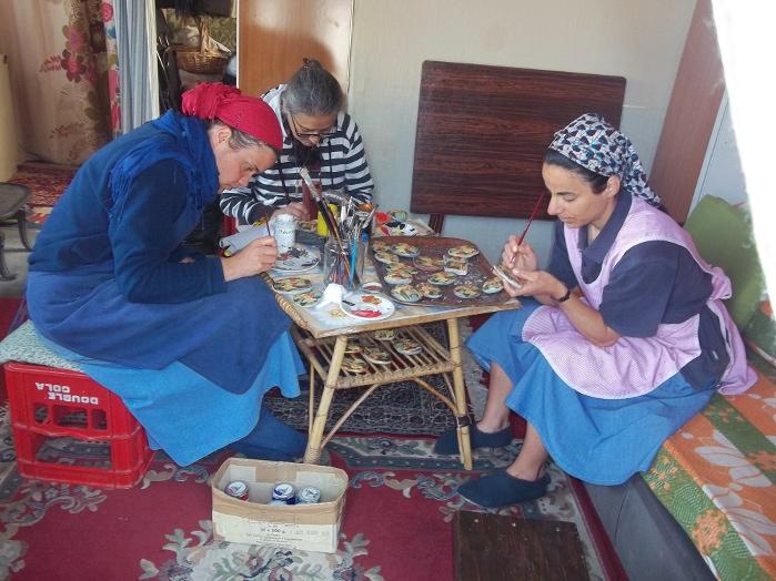 Calabria- sorelle al lavoro di artigianato