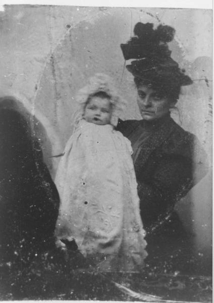 1898- Magdeleine in braccio alla mamma, Parigi