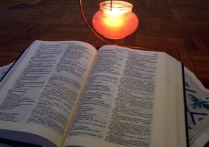 Bibbia e lampada