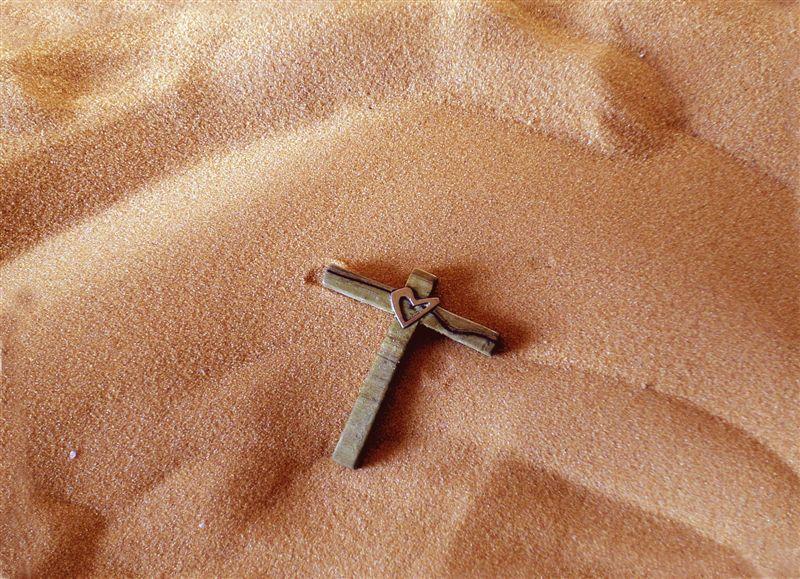 croce sulla sabbia