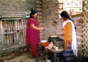 Pakistan- vicine che fanno il pane