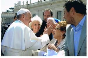 papa con famiglie dei desaparisidos
