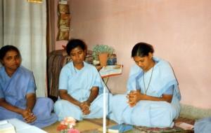 India- sorelle in preghiera