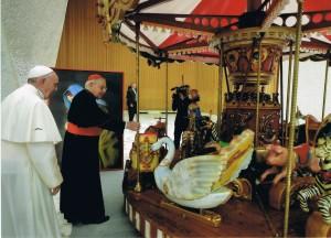 Il papa e il cardinal Vegliò benedicono la giostrina, simbolo dello spettacolo viaggiante
